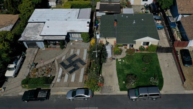 Калифорнийский байкер во дворе дома выложил свастику. Соседи возмущены, а мужчина говорит о «тибетском символе»