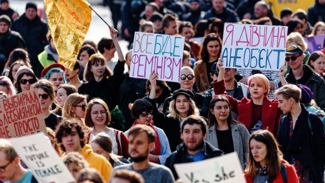 «Заберіть свої кадила від наших яєчників».  У Києві пройшли маршем близько тисячі людей: одні за права жінок, інші — за «традиційні цінності» — репортаж theБабеля