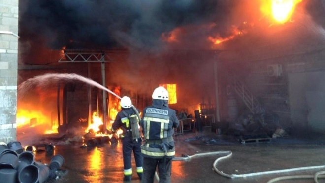 В Днепропетровской области горит завод пластмасс. Пожар тушат почти пять часов