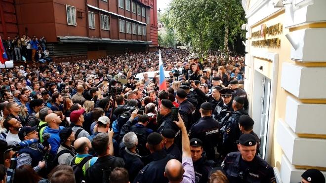 У Москві тисячі людей вимагають допустити опозицію до виборів. Туди зігнали росгвардійців і автозаки