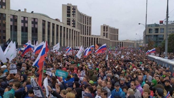 В Москве на митинг за честные выборы вышли почти 50 тысяч людей. Поддержать участников вышли рэпперы и журналисты