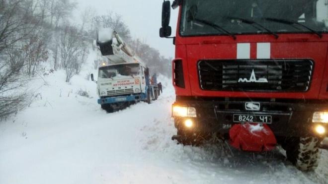Снігопади паралізували рух в Україні. У шести областях та Києві заборонили в'їзд вантажівок (карта)