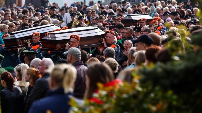 У Криму попрощалися з загиблими в масовому вбивстві в Керчі