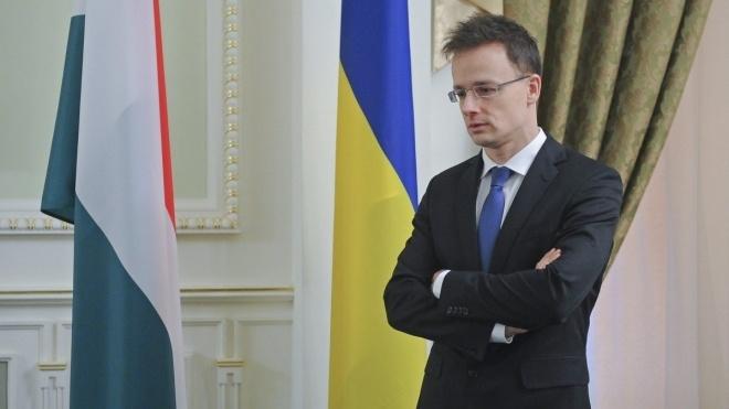 «Не розумію, чому такий скандал». Голова МЗС Угорщини вважає, що його країна законно видає паспорти українцям