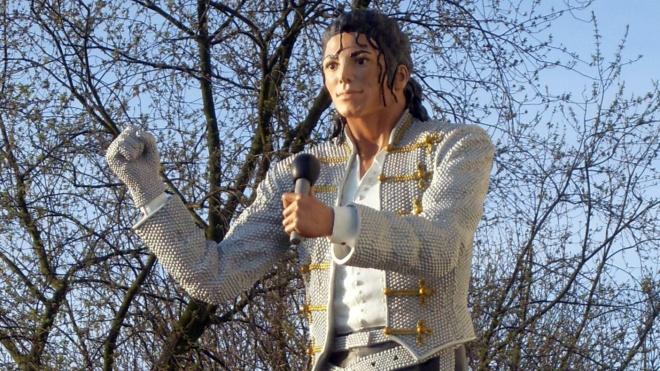 Из британского музея футбола убрали статую Майкла Джексона из-за новых обвинений в сексуальном насилии