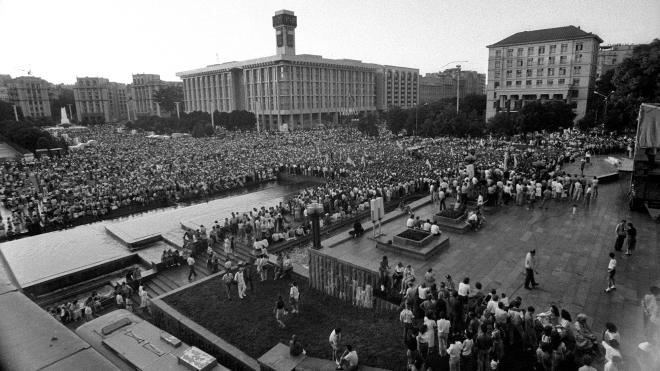 30 лет назад Украина отмечала первый День Независимости. Мы публикуем уникальные фото празднований в Киеве и вспоминаем, почему эту дату перенесли (архивный материал)
