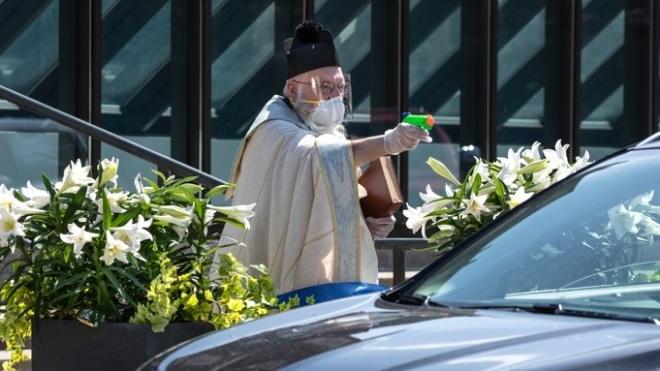 Священник із США освячує парафіян з водяного пістолета. Він став героєм мемів