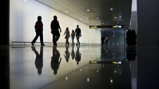 Почти две сотни украинских туристов застряли в аэропорту Барселоны. Туроператор объяснил «Бабелю» причину проблемы