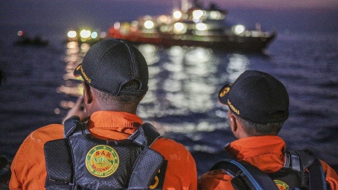 Аварія Boeing в Індонезії: рятувальники дістали з моря шість тіл загиблих