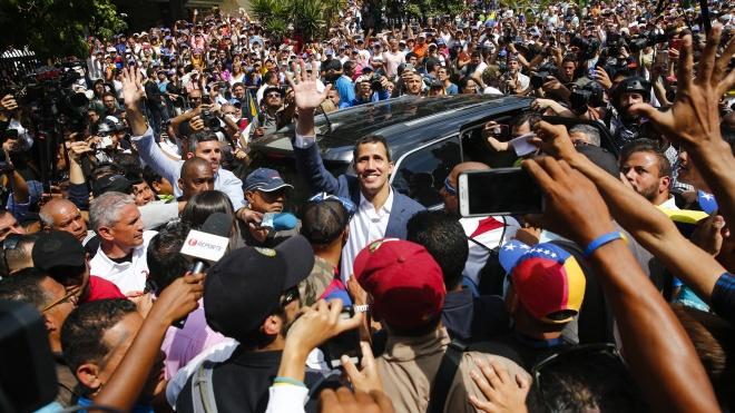 В Венесуэле гиперинфляция, нет еды, но есть два президента: один — диктатор, а второго поддерживают США и ЕС. Как так вышло?