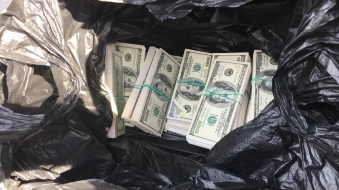 Правоохоронці затримали чоловіка з $500 тис. «хабара для Луценка та Матіоса»