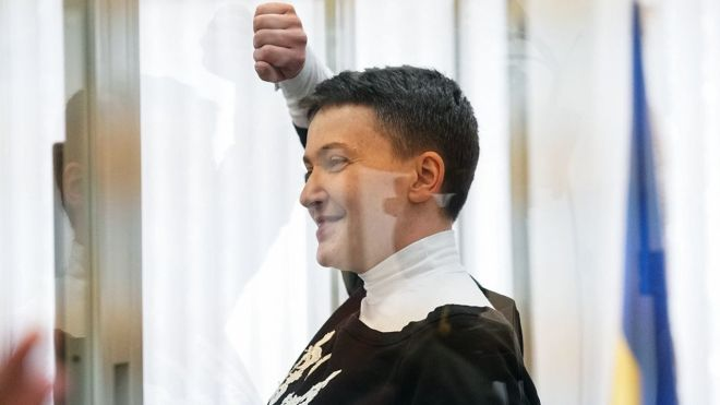 Суд отказался выпустить Надежду Савченко из-под стражи. Ее хотели взять на поруки 28 человек
