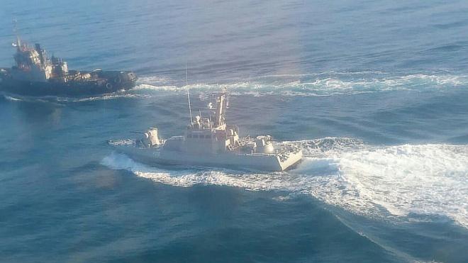 Российский катер протаранил украинский буксир в Азовском море