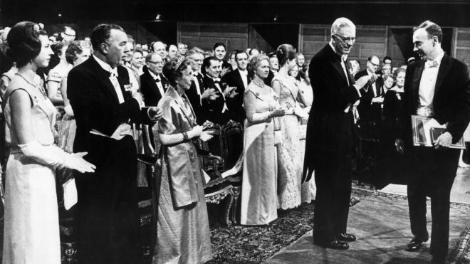 Нобелевского лауреата лишили почетных званий — он заявил, что белые умнее черных. theБабель рассказывает его историю