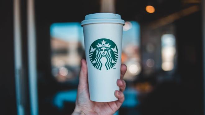 У США поліція заарештувала працівника Starbucks. Той плював поліцейським у каву