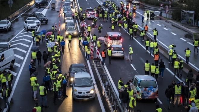 Во Франции ранили семерых полицейских в ходе протестов против подорожания топлива. Полиция применила водомет и слезоточивый газ