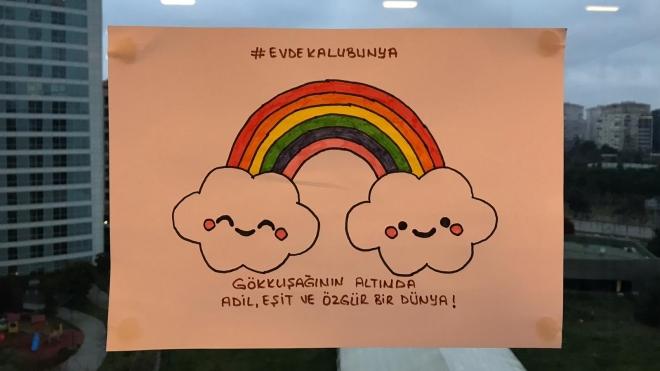 Турецькі школярі намалювали веселки для підняття настрою на карантині. Влада злякалась, що це зробить дітей геями