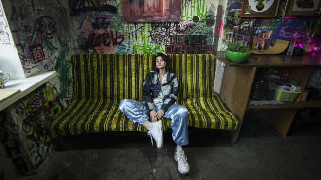 Модель з Херсона працювала для Balenciaga і Valentino, знялася в фільмі з Робертом Паттінсоном, а потім приїхала в Київ шити речі та грати панк-рок — ось її історія