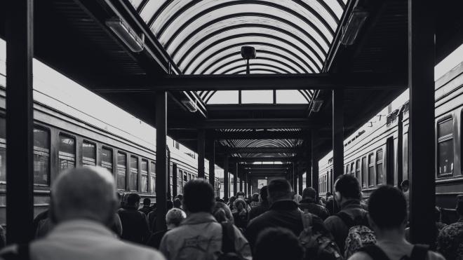 У Харкові поліцейські жорстоко били пасажирів на вокзалі та в метро. Їх затримали на хабарі