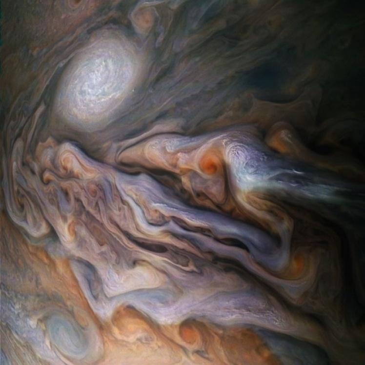 Буря на Юпитере. Один из кораблей NASA сумел запечатлеть массив облаков и гигантский шторм над поверхностью планеты Юпитер.