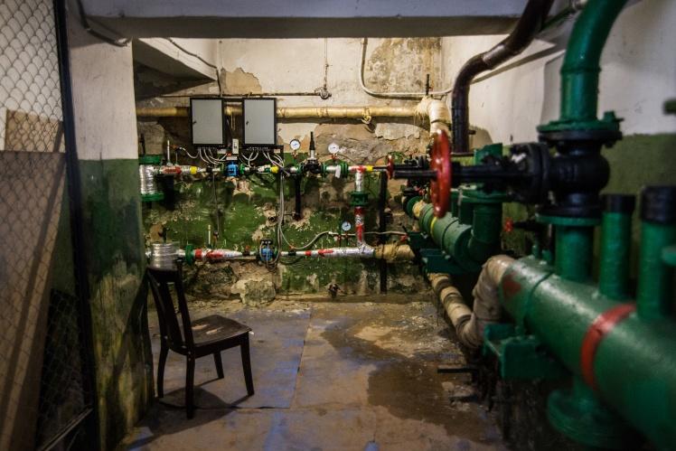 В подвале расположен теплопункт кинотеатра.