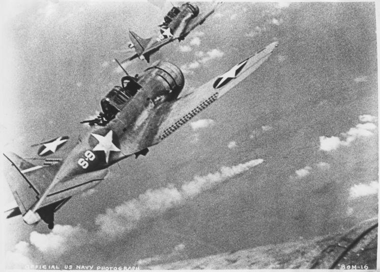 Торпедоносцы ВМС США летят над горящим японским кораблем во время битвы за Мидуэй, 4 июня 1942 года.