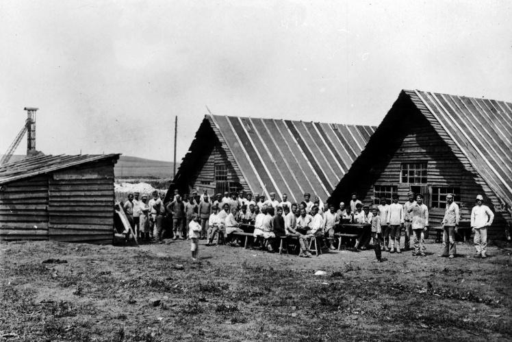 Сезонные рабочие у летних построек шахты Боково-Хрустальского рудоуправления, Луганская область, 1920-е