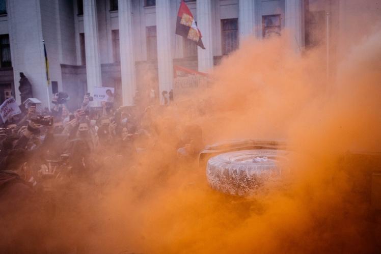 """Коли протестувальники перевертали палаючий автомобіль, з колонок лунала пісня N. W. A """"F*ck The Police"""" (1988)."""
