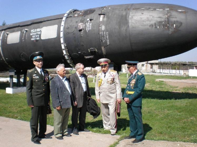 Генерал-майор запаса Николай Филатов (второй справа) в музее Ракетных войск стратегического назначения во время празднования 72-й годовщины 46-й ракетной дивизии. 27 апреля 2013 года.