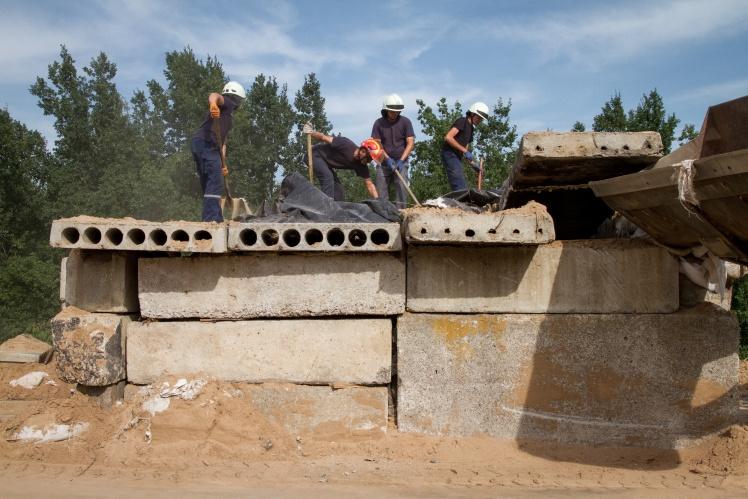 Українські рятувальники демонтують залишки укріплень біля моста в Станиці Луганській, вересень 2019 року.