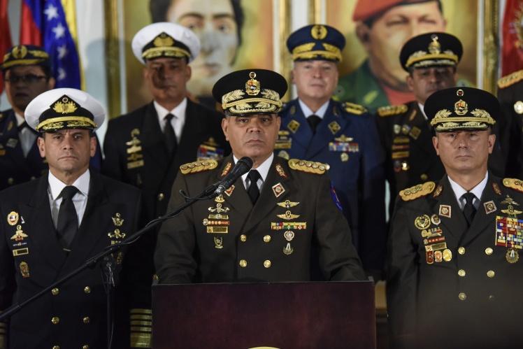 Министр обороны Венесуэлы Владимир Падрино Лопес (в центре) и верхушка армии пока официально поддерживают действующего президента Николаса Мадуро.