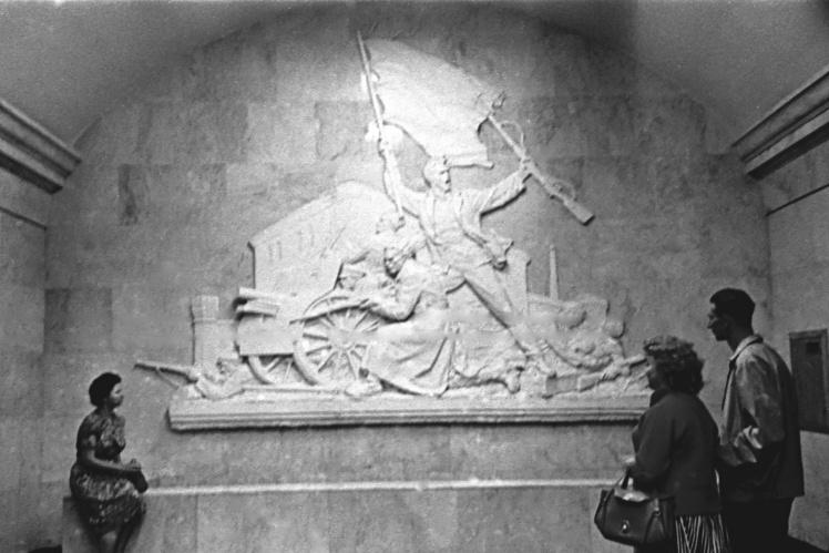 Барельєф на пероні станції «Арсенальна» Київського метрополітену, 1962 рік.
