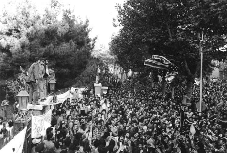 Иранские студенты возле американского посольства в Тегеране на следующий день после захвата заложников, 5 ноября 1979 года.