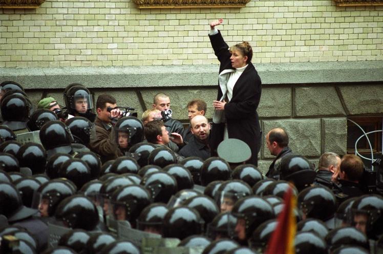 На следующий день, 25 сентября 2002 года, 47 депутатов от оппозиции, в том числе Юлия Тимошенко и Александр Турчинов, идут на улицу Банковую. Там они прорываются сквозь кордон милиции и заходят в Администрацию президента. До кабинета Кучмы они не добираются — на третьем этаже  останавливает  президентская охрана. Леонид Кучма так и не подал в отставку. Вместо этого он оперся на «донецкий клан» и утвердил премьер-министром Виктора Януковича.