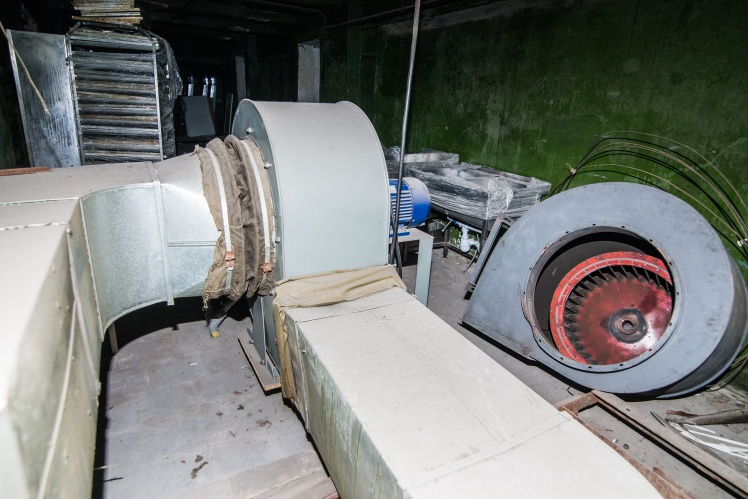 Стартова точка системи вентиляції кінотеатру. Повітря забирається з ями в підвалі кінотеатру та за допомогою вентиляторів подається в зали.