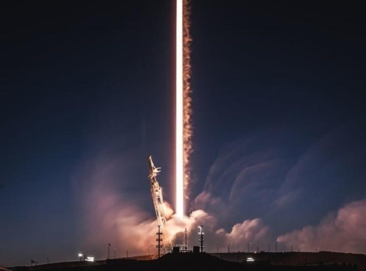 Запуск одной из ракет компании SpaceX. Компания Илона Маскав 2018 году совершила несколько успешных запусков ракет, а также были запущены радиолокационный спутник и два спутника Starlink.