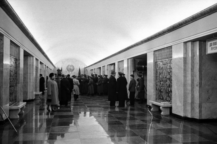 Керівники партії та уряду УРСР оглядають станцію «Хрещатик» у день відкриття Київського метрополітену, 6 листопада 1960 року.