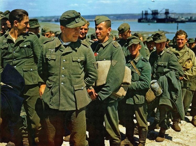 Немецкие военнопленные, доставленные в Британию после успешной высадки в Нормандии, июнь 1944 года.