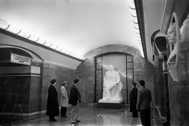 Скульптура Леніна на станції «Університет» Київського метрополітену, 6 листопада 1960 року.