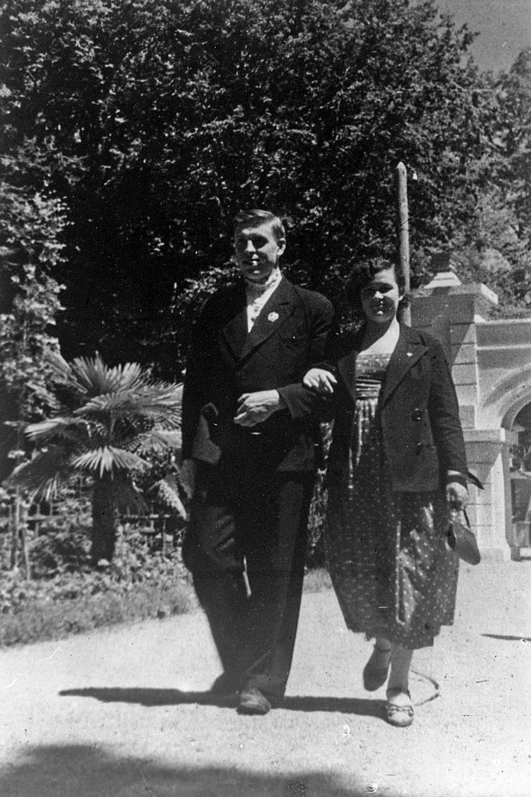 Алексей Стаханов с женой Галиной на прогулке в Сочи, 1937 год.