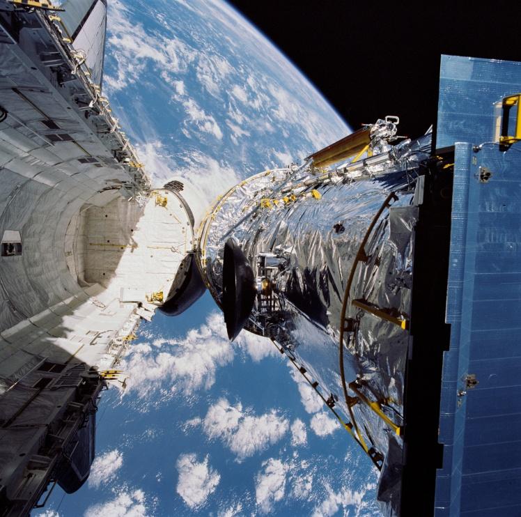 Развертывание телескопа «Хаббл» на орбите Земли. Фото 25 апреля 1990 года.