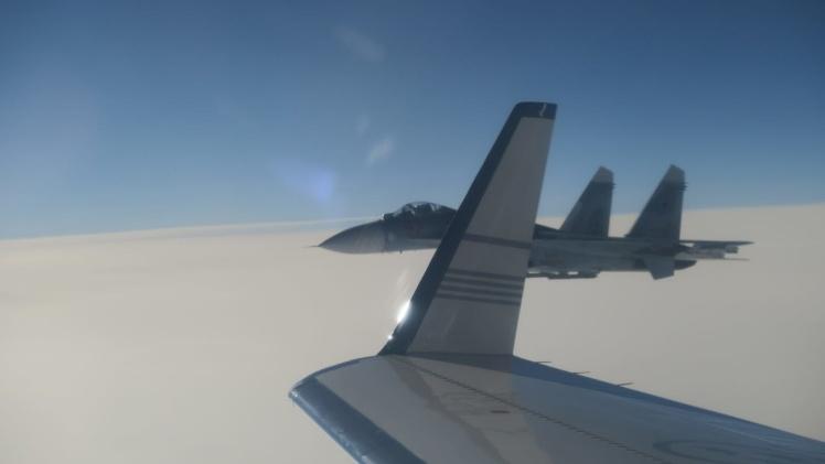 Російський винищувач Су-27 поблизу шведського літака.