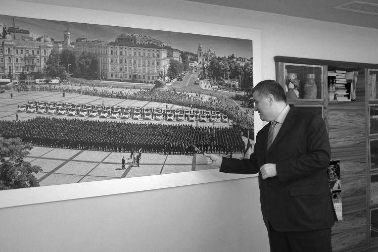 Арсен Аваков показывает единственную фотографию президента у себя в кабинете.