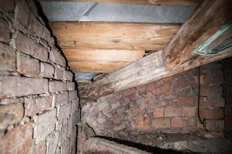Покрівля кінотеатру спирається на дерев'яні бруси, а ті в свою чергу — на сталеві опори. Тут же прокладена проводка.