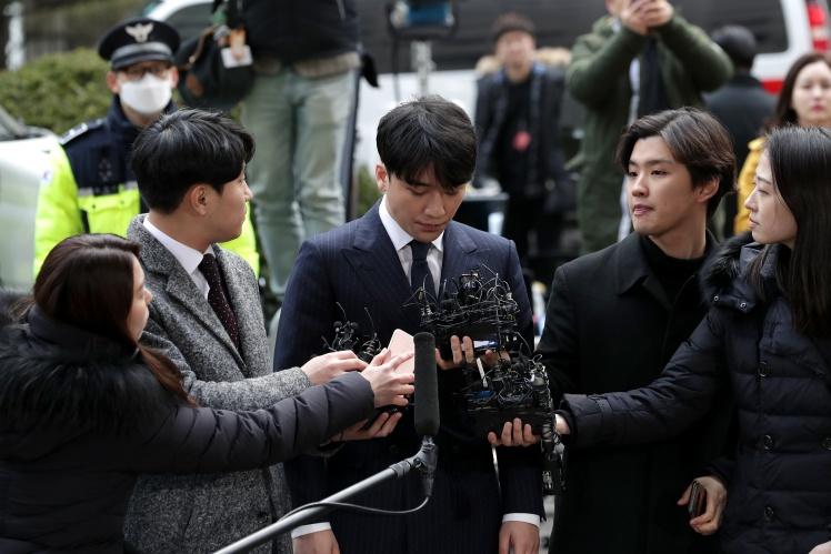 Бывший участник K-pop группы Big Bang Ли Сын Хен дает интервью перед допросом в полиции 14 марта 2019 года.