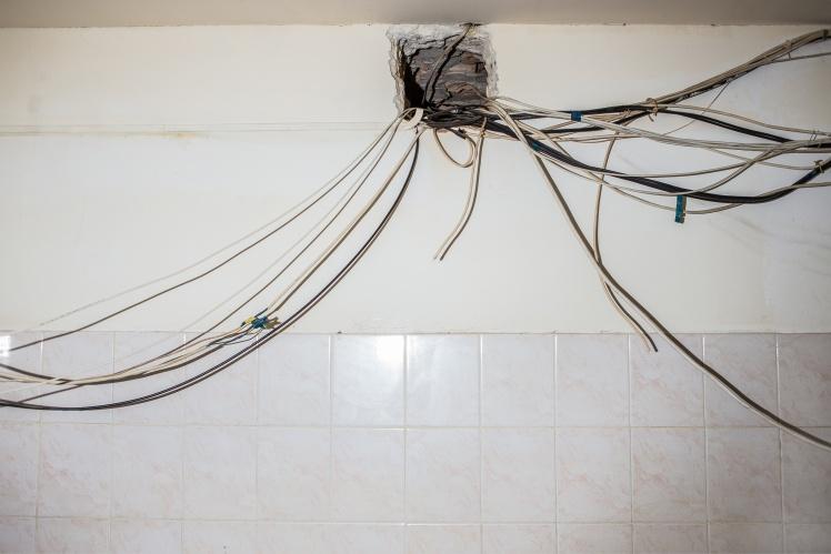 По всій будівлі частина електропроводки заведена в вентиляцію.