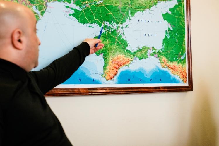 Прокурор показывает, где находится Бакальская коса.