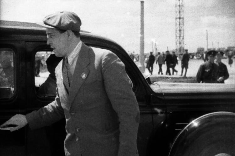 Алексей Стаханов выходит из машины в городе Сталино (сейчас Донецк), 1938 год.