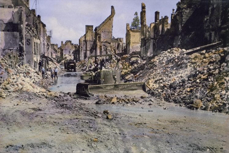 Армейский бульдозер США расчищает завалы после битвы при Шербуре, Франция, июнь 1944 года.