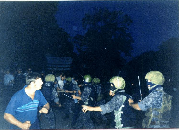 Сутичка «Беркута» і шахтарів-пікетувальників під будівлею Луганської обладміністрації. 24 серпня 1998 року.